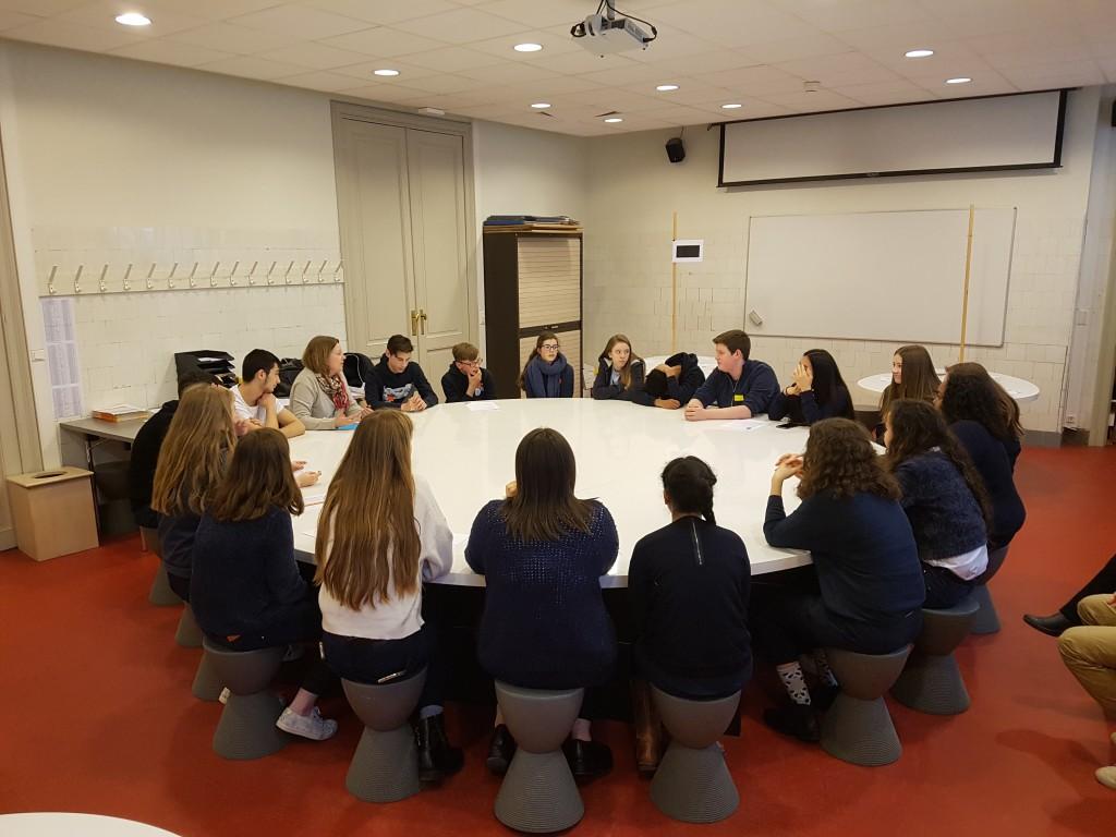 Leerlingen zitten aan ronde tafel