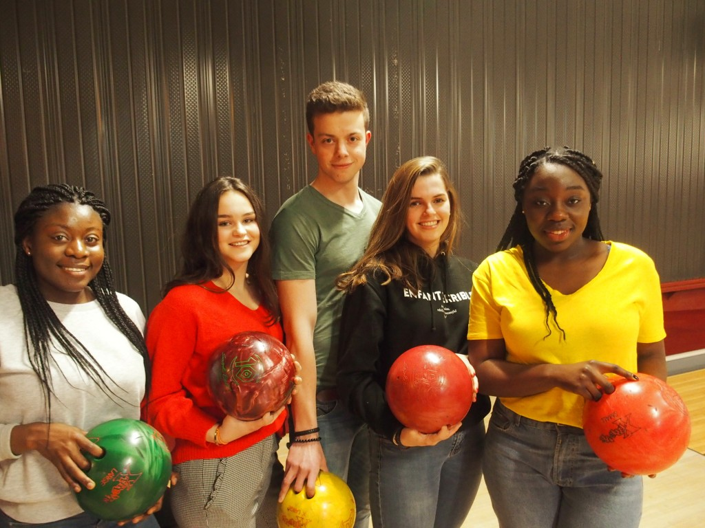 Groepsfoto van leerlingen die en bowlingbal vasthouden.