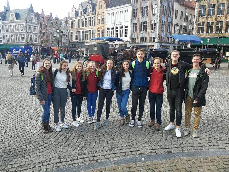 Groepsfoto op een plein in Brugge