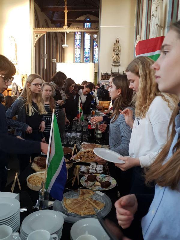 Verkoop van taarten in de kapel van SFI tijdens Ubuntu SA Café